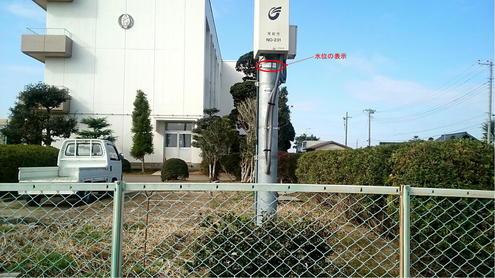 防災行政無線の柱に設置された水位表示